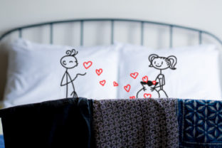 A Stickman Boy on One Pillow Sending Kisses. a Stick Girl on the Other Pillow Collecting Them in a Bag Amor Archivo de Corte Craft Por Creative Fabrica Crafts