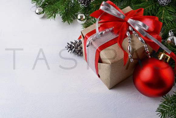 Print on Demand: Christmas Silver Beads Decorated Gift Box with Red Ribbon Gráfico Vacaciones Por TasiPas