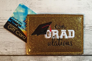 Graduation in the Hoop Gift Card Holder Abschluss Stickdesign von DesignedByGeeks