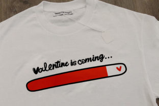 Print on Demand: Valentine is Coming SVG, Fiance Ai Gráfico Crafts Por 3Motional